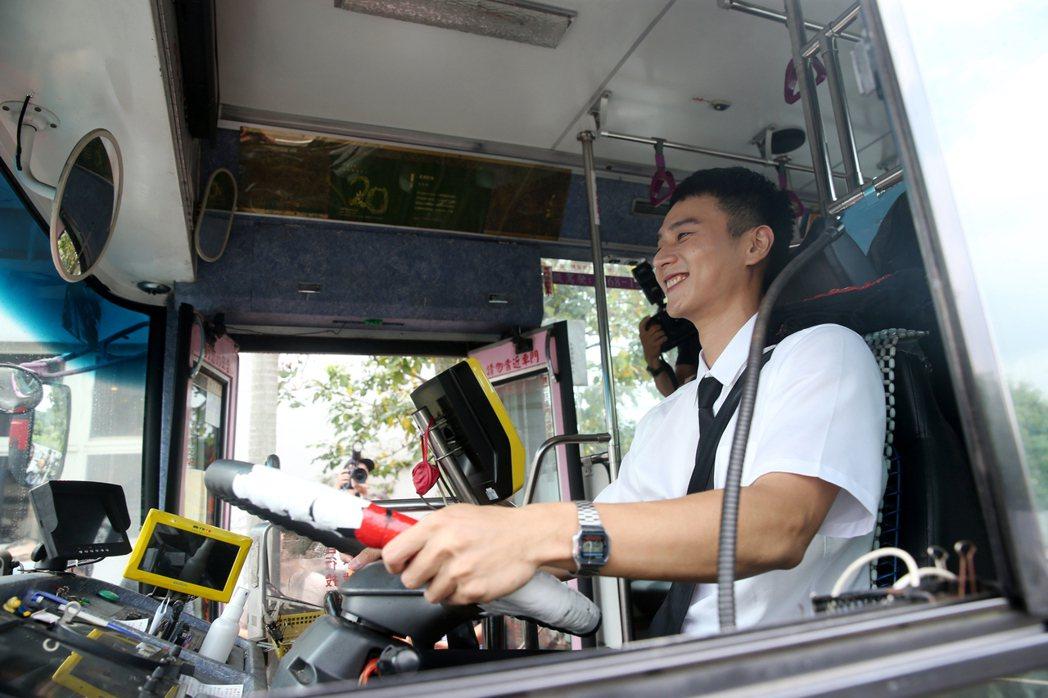 劉冠廷宣傳《消失的情人節》電影,實際開公車載媒體記者遶了一圈。記者邱德祥/攝影