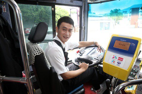 劉冠廷在「消失的情人節」演出一位司機,今天他特地重現劇中角色,在中影製片廠開著公車載大家體驗他的開車技術。而他在電影裡也暗戀女主角李霈瑜(大霈),上演「大眾交通工具之戀」,他提到學生時期都搭乘火車再...