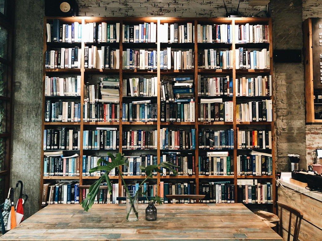 我記得早年挑高書架上擺放的是咖啡選物,今年來卻看到滿牆原文書,一問之下,原來是收...