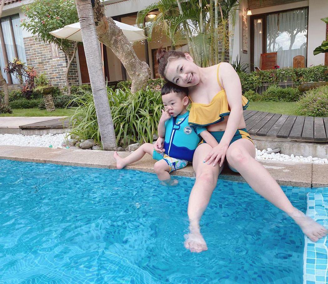 二伯分享與蔡桃貴的泳裝照。圖/擷自IG
