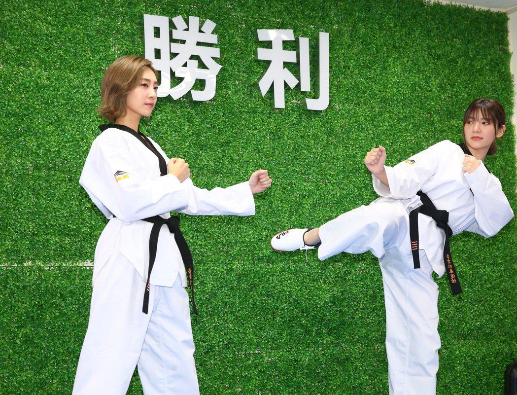 藝人郭雪芙(右)與席惟倫(左)為戲劇「因為我喜歡你」宣傳,特別重現戲裡重要的跆拳...