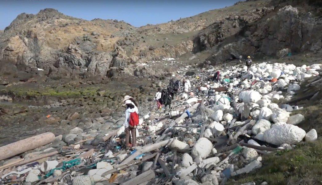 花嶼上滿坑滿谷的保麗龍垃圾,是十多年來累積的惡果。 (畫面擷取自陳蔚慈紀錄片《離...