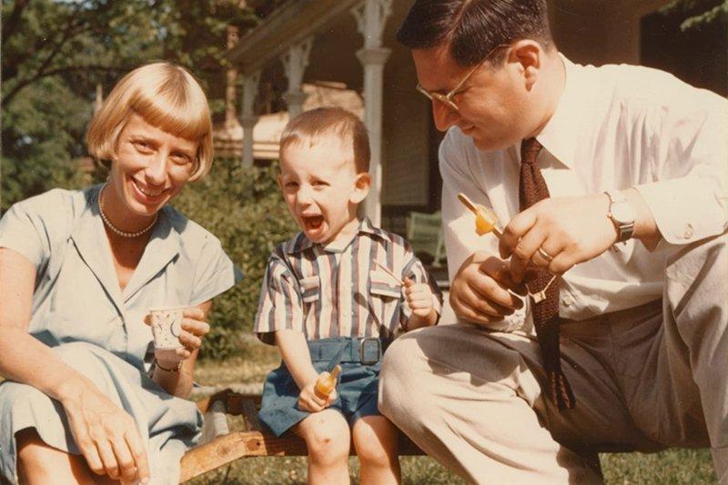 史蒂芬.史匹柏與父親阿諾.史匹柏、母親莉亞.阿德勒。 圖/IMDb