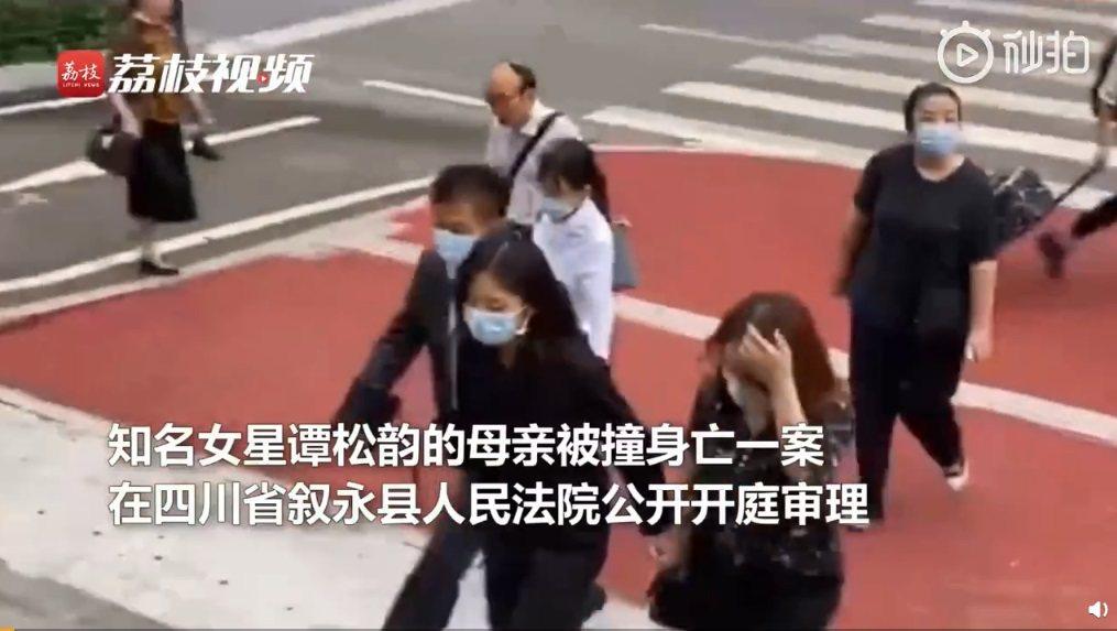 譚松韻母遭撞死一案受到極大關注。圖/擷自秒拍視頻