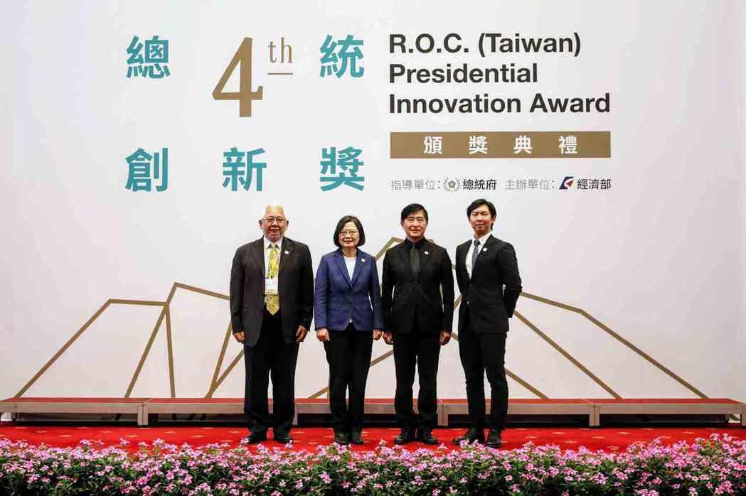 總統蔡英文與第四屆「總統創新獎」得獎者合影。 大會/提供
