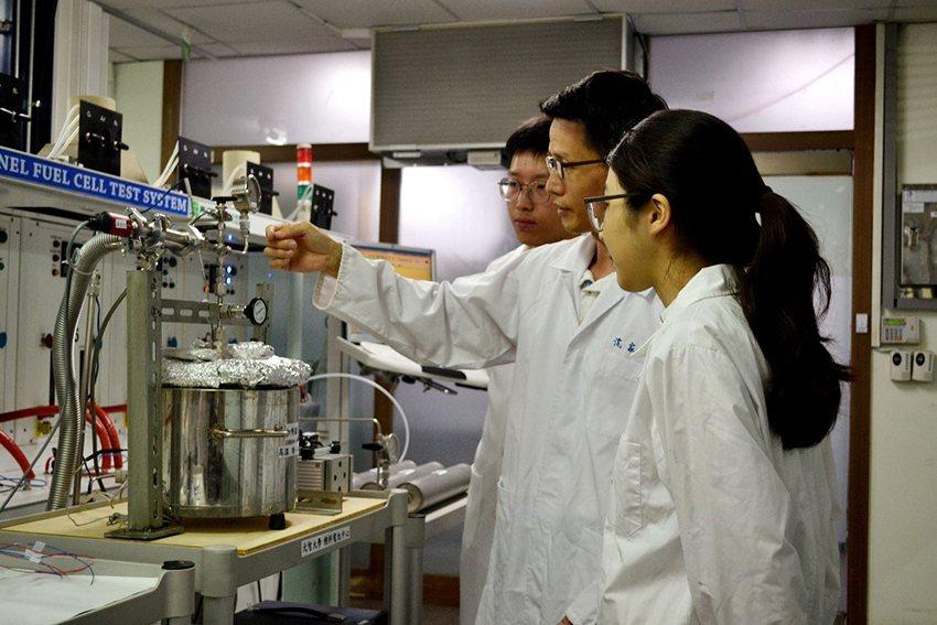 沈家傑教授引領學生爲貴賓示範「低溫鎂儲氫材料與儲能應用」。 元智大學/提供