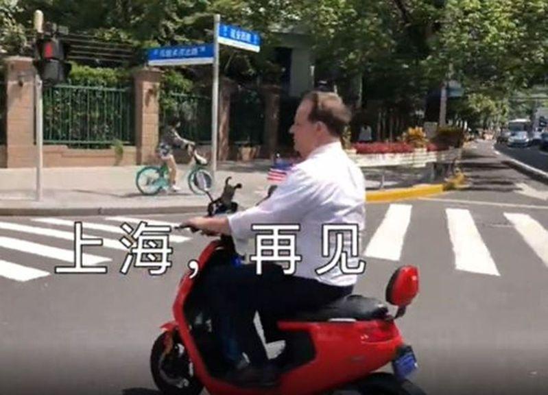 美駐上海總領事譚森在上海市區騎電動車。(視頻截圖)