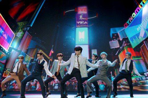韓國人氣團體防彈少年團(BTS)日前推出新單曲Dynamite,拿下美國告示牌單曲榜Hot100冠軍,打破韓國歌手PSY以江南Style創下的第2名紀錄,再次證明在全球的高人氣。韓聯社報導,根據最新...