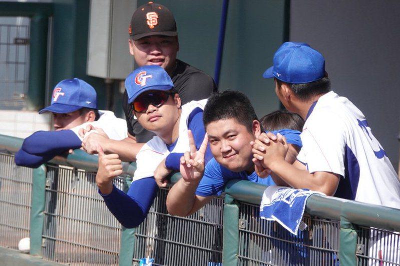 旅美聖地牙哥教士隊投手宋文華(右3)加入2020未來之星對抗賽亞大棒中培隊,目前為止出賽還沒被上壘,他1日透露,回台多練卡特球當武器,是這次表現出色原因。 中央社