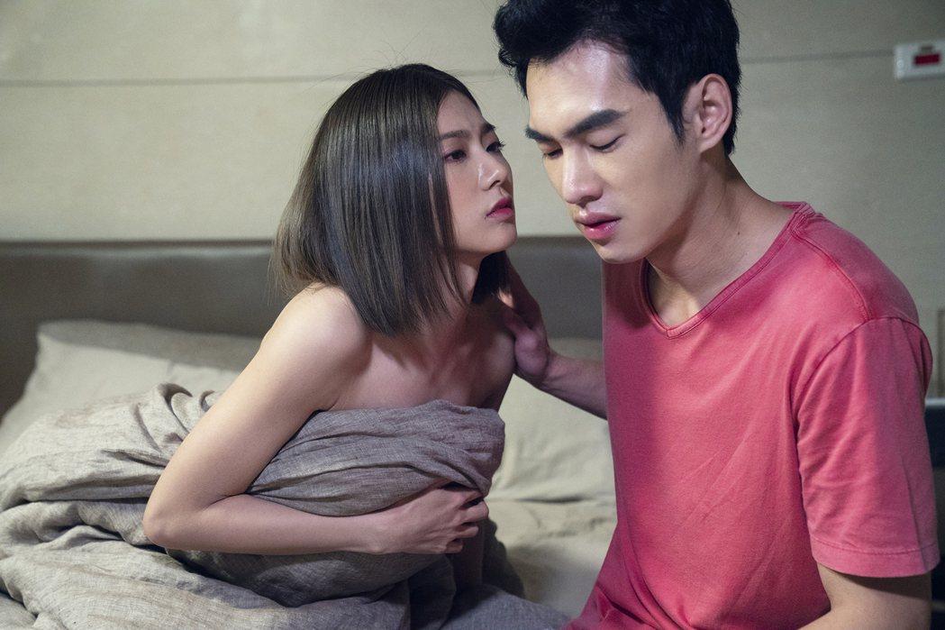 蔡黃汝(左)在「腦波小姐」中單戀張書豪。圖/麗象影業提供