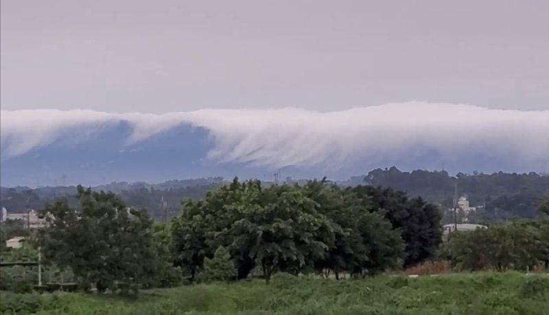台南昨天驚見「雲瀑」氣象奇景。圖/取自臉書