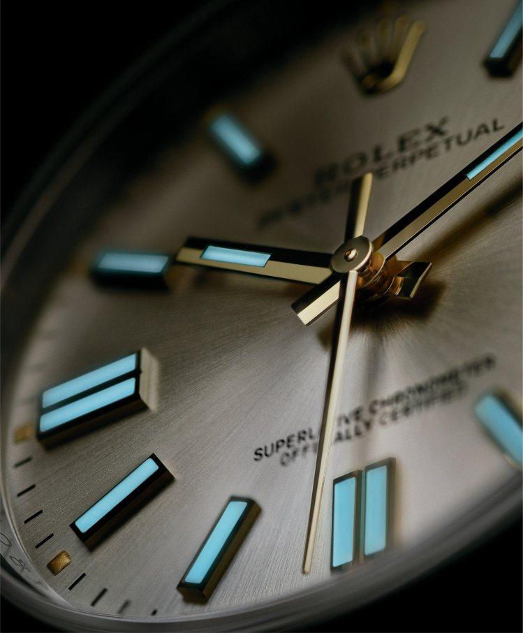 Oyster Perpetual 41腕表在六點鐘與九點鐘方向分別使用雙排時標,...