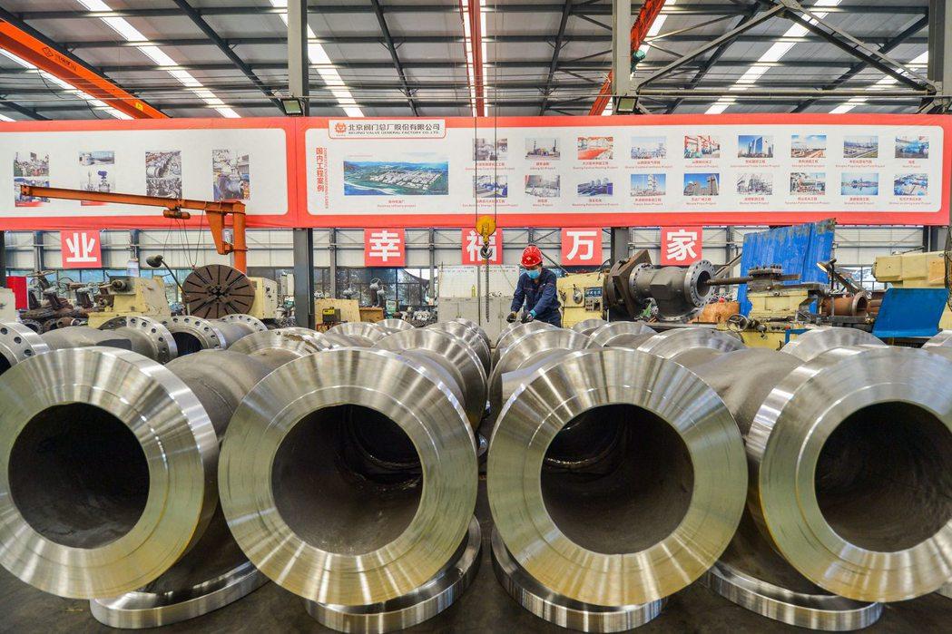 大陸官方與民間版8月份製造業PMI均為連續六個月處於景氣擴張區。圖為河北省一家閥...