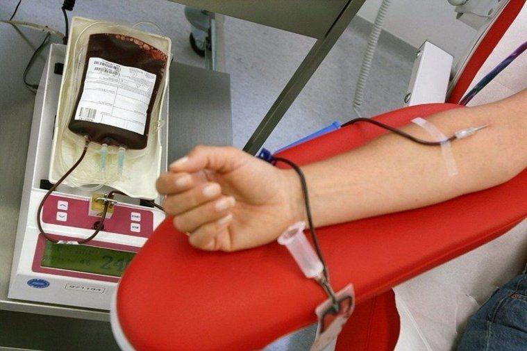 衛生福利部桃園醫院護理師潘美珠提醒,抽完血需要正確的按壓,才能讓手臂不瘀青。圖/...