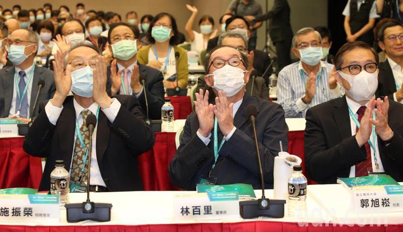 行政院2020年生技產業策略諮議委員會會議上午在台北國際會中心舉行,宏碁創辦人施振榮(左)、廣達董事長林百里(中)等出席。記者曾學仁/攝影