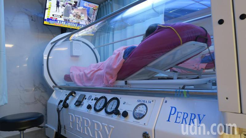 彰化縣二林鎮張姓婦人在高壓氧艙接受治療慢性骨髓炎。記者簡慧珍/攝影