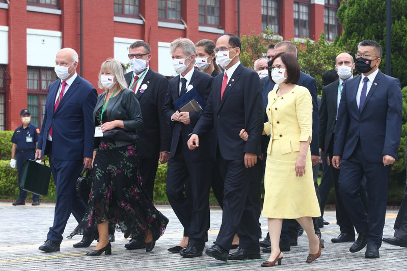 立法院院長游錫堃(右二)上午邀請捷克參議院議長維特齊(右三)與其訪問團參觀立法院。記者葉信菉/攝影