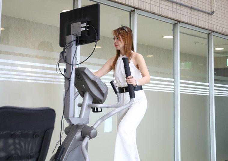 手術後,何女每周規律運動健身,搭配飲食調整,目前體重53公斤,BMI21.2。圖...