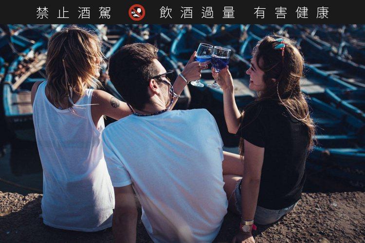 三五好友在一起輕鬆喝,就是享受Gik藍酒最好的方式。圖/摘自gik.wine網站...