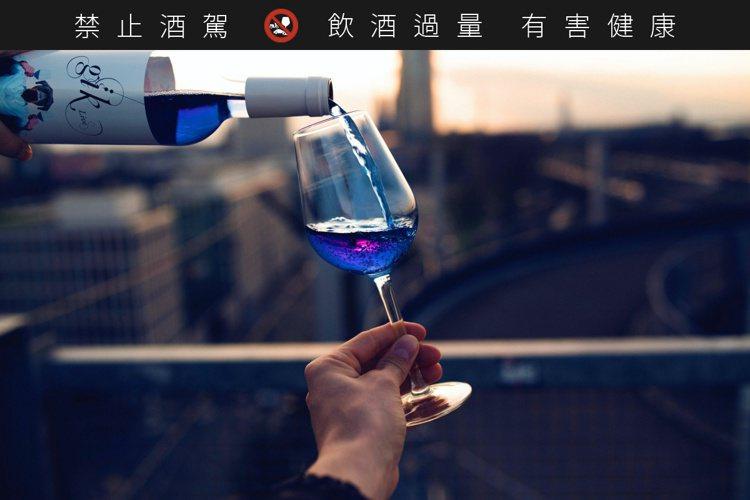 Gik藍酒的「蒂芬尼藍」酒色,全球首創。圖/摘自gik.wine網站。提醒您:禁...