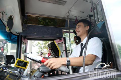 劉冠廷宣傳「消失的情人節」電影,今天實際開公車載媒體記者遶了一圈。