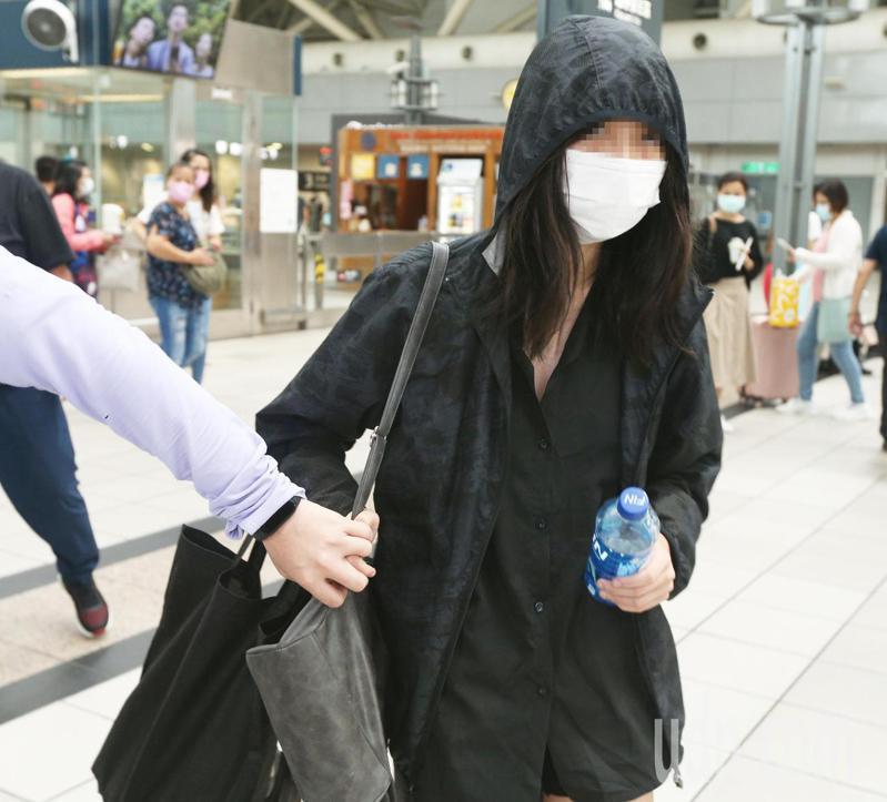 高雄市14歲少女北上失聯,今天終於尋獲,警方派員從新竹搭高鐵將少女帶回高雄,也立即送他回家與家人團聚。記者劉學聖/攝影