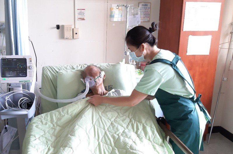南投醫院提供看護共聘服務,減輕病患家屬經濟負擔。圖/南投醫院提供