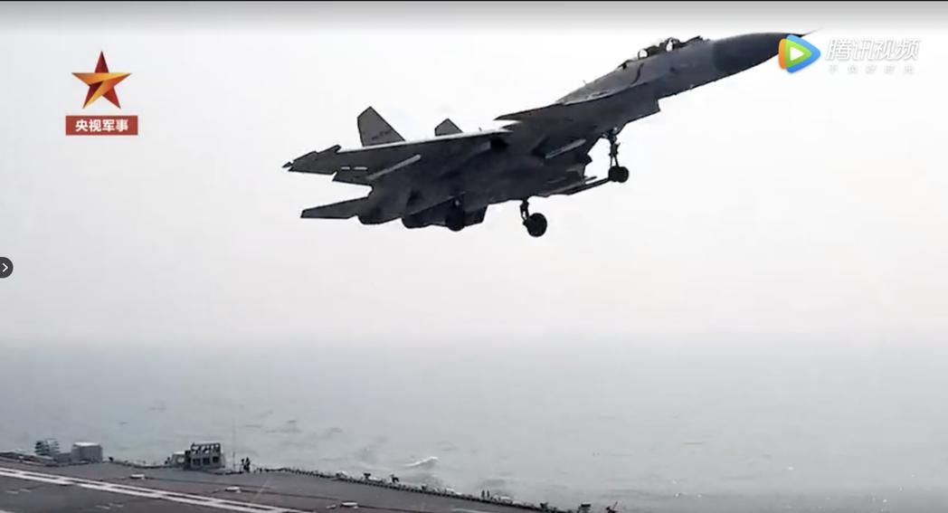 圖為央視軍事頻道日前發布殲-15演練航母起降畫面。(截圖自央視軍事頻道)