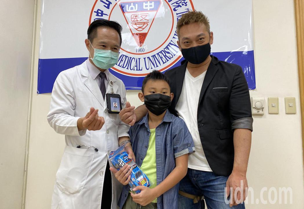醫師郭業文(左)說明,廖姓學童(中)因心房中膈缺損破三個洞,經心導管手術置入二顆...