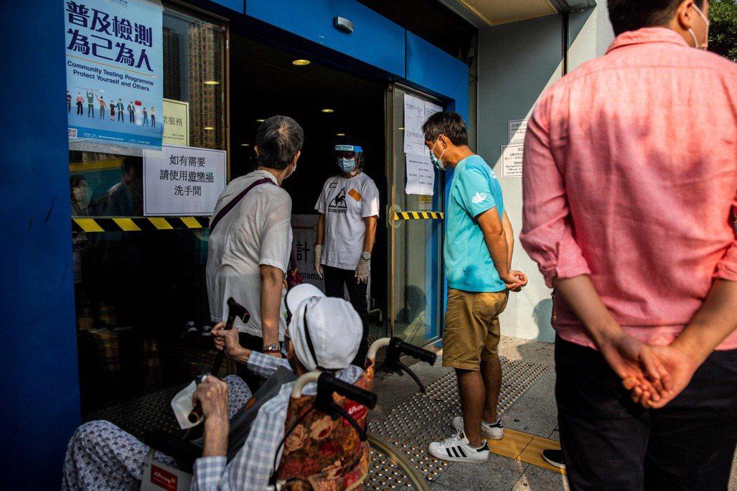 香港今天展開新冠病毒全民普篩,民眾熱烈響應。法新社