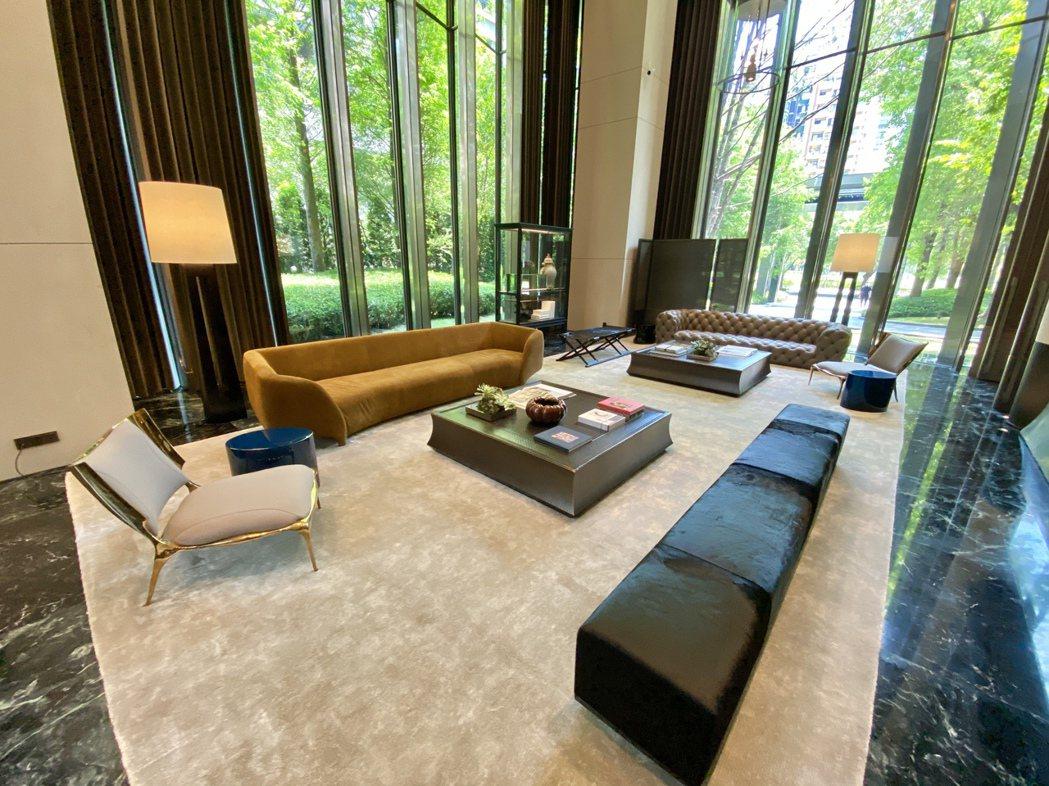 名列台中十年豪宅均價之首的「寶璽天睿」,處處可見頂級精品傢俱,國際級設計水準的稀...