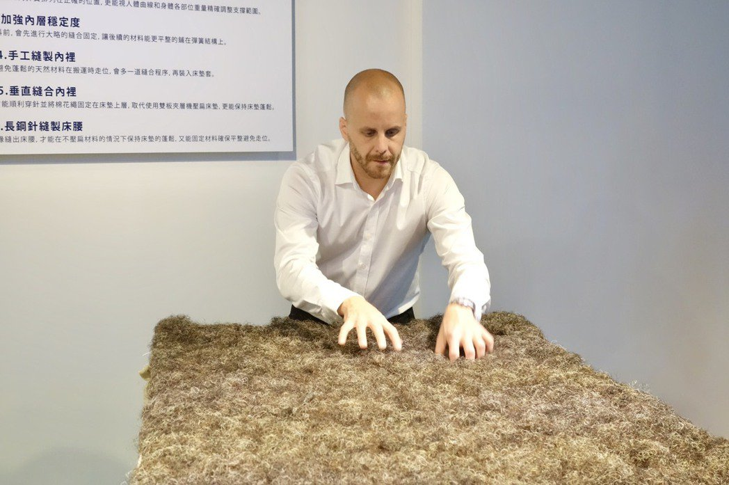 「Hästens海絲騰」憑藉著使用天然材料馬尾毛、棉、亞麻、羊毛和瑞典北部的松木...