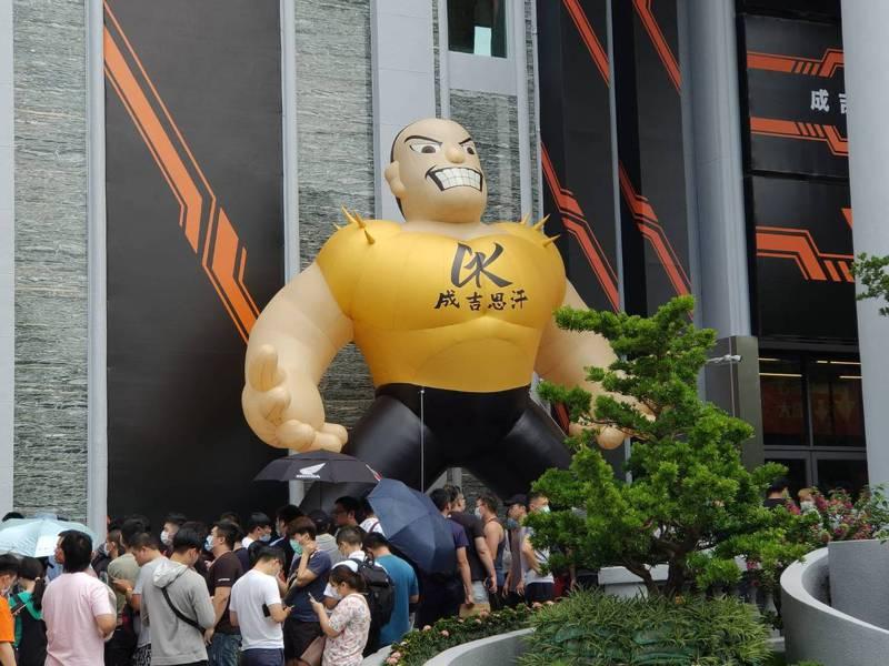 館長陳之漢在台中市北屯區的新場館,今天試營運,不少消費者一早就到門口排隊。記者黃寅/攝影