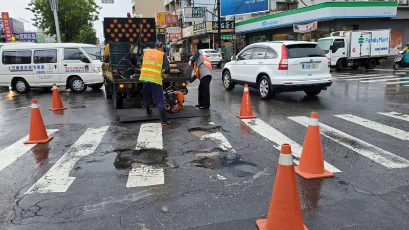 台南受豪雨連日侵襲,37區出現200多處坑洞。圖/台南市工務局提供