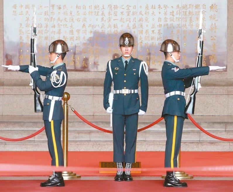 針對中正紀念堂的「轉型正義處理原則」,促轉會曾提出現階段三軍儀隊可以撤出的建議。...