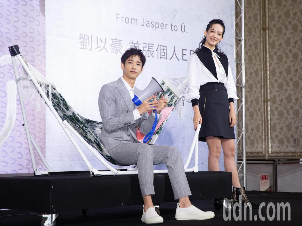 劉以豪(左)首張EP發片記者會,孟耿如(右)驚喜站台送上禮物。記者季相儒/攝影