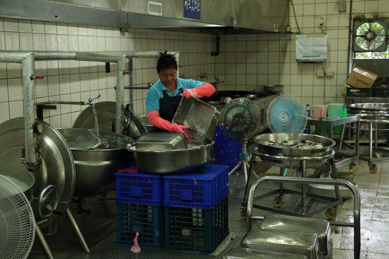 立法院副院長蔡其昌等人昨天到台中海線,了解學校廚房改善問題。圖/蔡其昌辦公室提供
