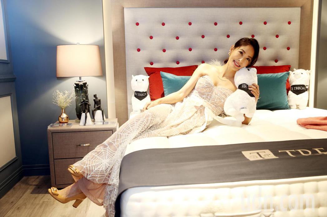 藝人賈永婕今天出席寢具開幕酒會,分享守護家人的舒眠理念。記者邱德祥/攝影