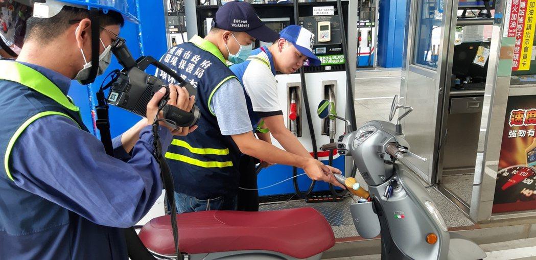 台南市利用紅外線成像掃描儀檢測加油時逸散情形,發現與油槍的力道相關聯。圖/南市環...