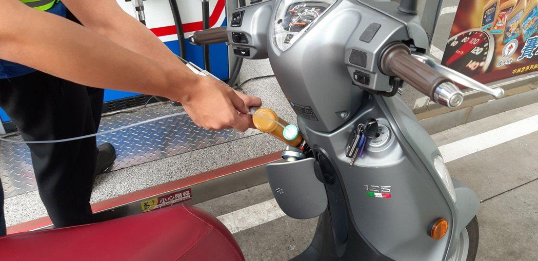 自助加油愈來愈多人使用,正確加油,可減少汙染也能顧健康。記者鄭惠仁/攝影
