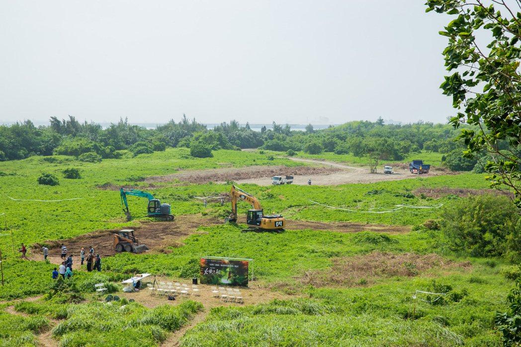 魏德聖執導「臺灣三部曲」正式開工,1日開始搭景並種植被,預計明年生長完成後,就會...