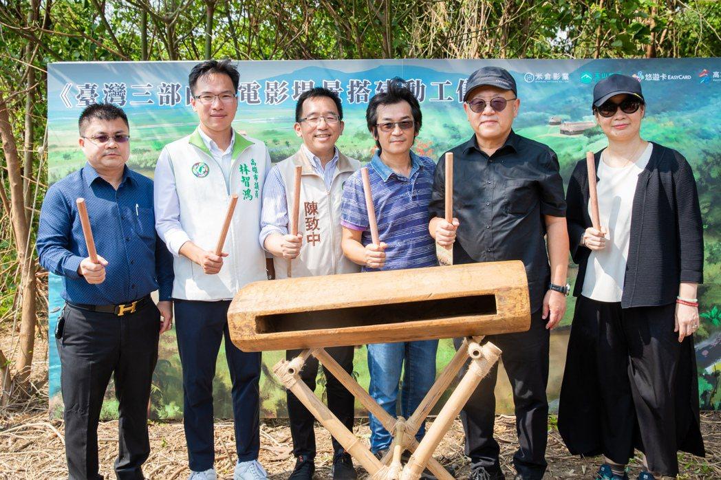 「臺灣三部曲」電影場景正式搭建動工,左起為首席顧問張皓發、市議員林智鴻、市議員陳