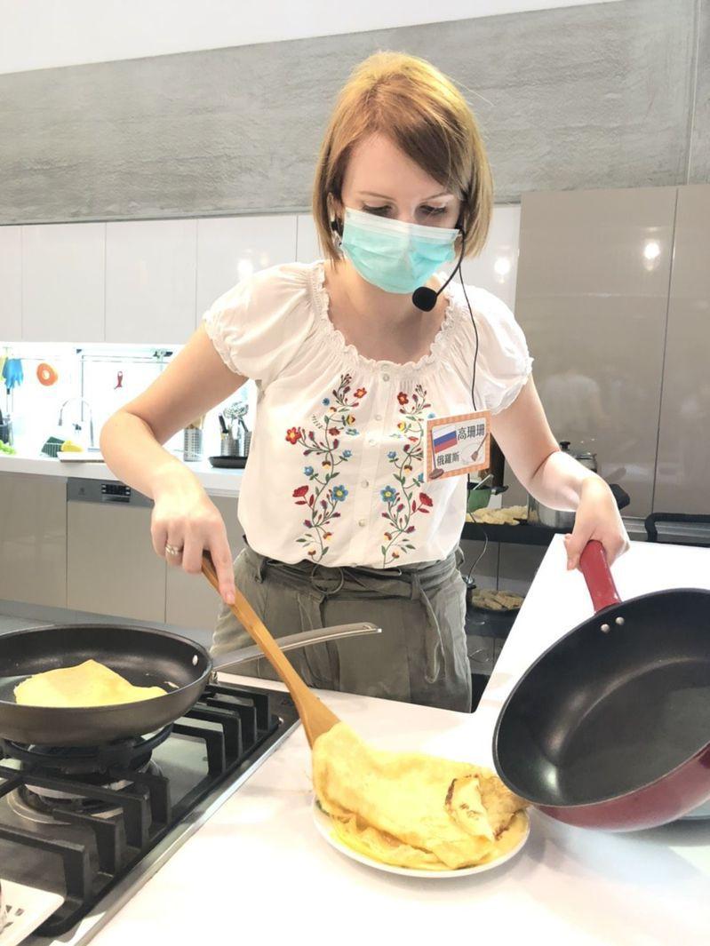 嫁來台灣6年的俄羅斯女孩高珊珊教做傳統布林餅,外型亮麗活潑的她,正朝YouTuber發展,藝名為「33不來遲」,在異鄉闖出一片天。記者王慧瑛/攝影