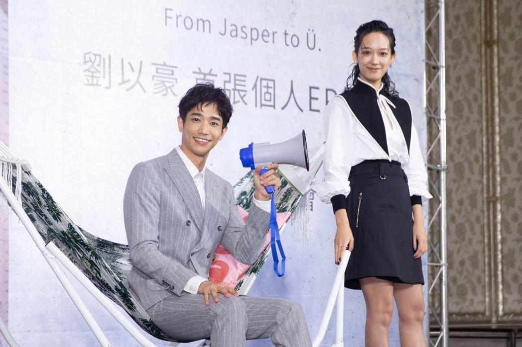 孟耿如(左)送上吊床祝福劉以豪專輯大賣。記者季相儒/攝影