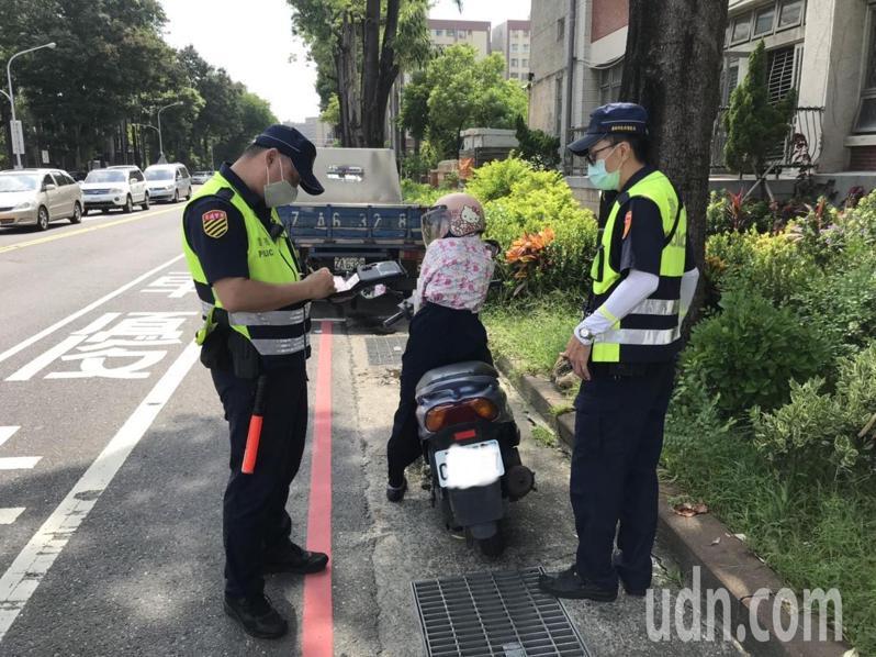 台南市員警在路口大執法,首日取締以闖紅燈最多。記者黃宣翰/翻攝