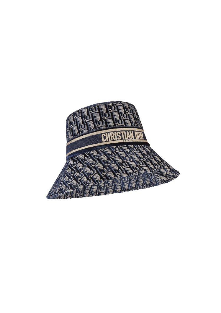 Dior Oblique藍色絲絨刺繡長簷漁夫帽,43,500元。圖/DIOR提供
