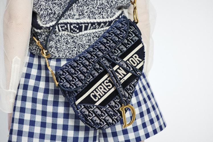 Saddle Oblique藍色絲絨刺繡馬鞍包(背帶另購),13萬元。圖/DIO...