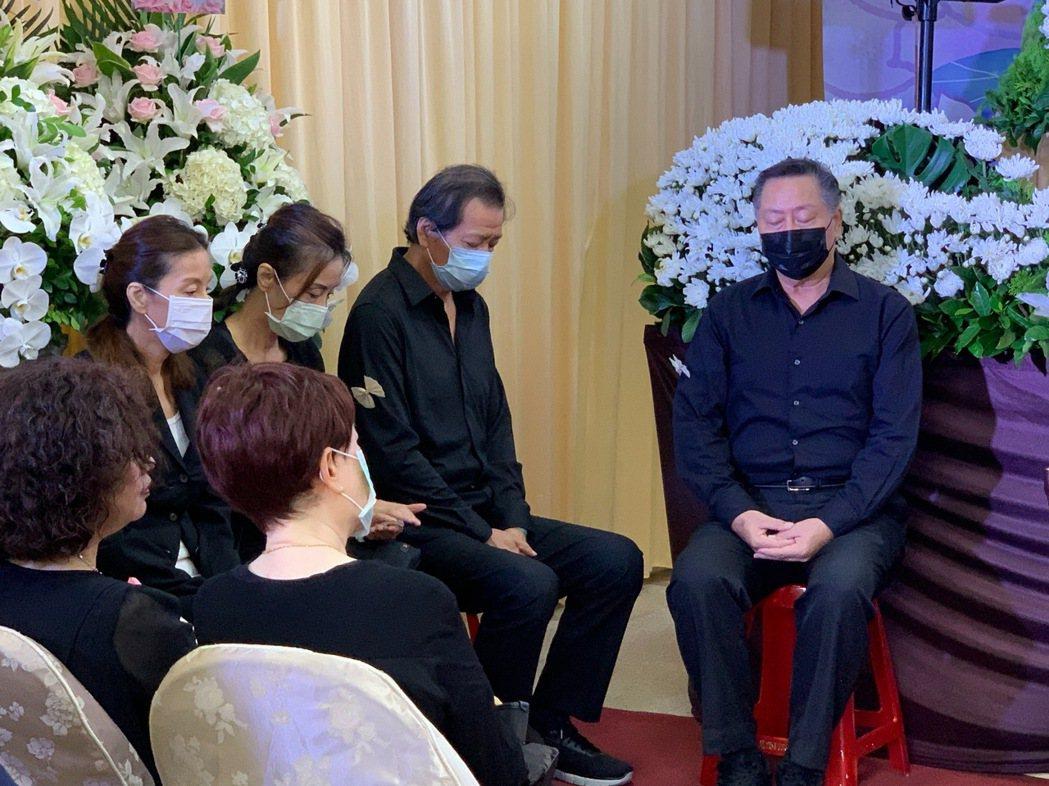 張正藍(左)和兄姐們坐在家屬答禮區,送媽媽最後一程。記者陳慧貞/攝影