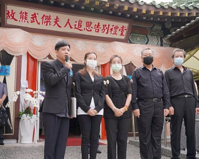 陳凱倫擔任張正藍媽媽告別式司儀。圖/展雲幸福禮儀公司提供