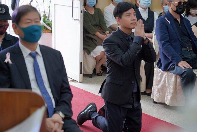 陳凱倫擔任張正藍媽媽告別式司儀,先下跪頂禮。圖/展雲幸福禮儀公司提供